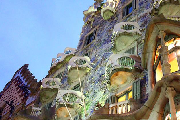 Gaudí casa batlló night