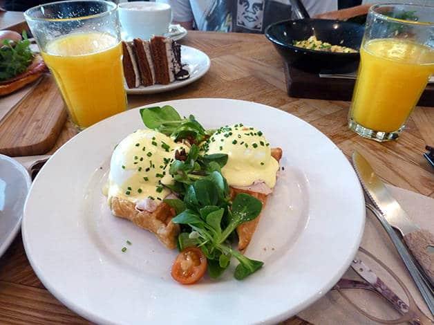 brunch & cake eggs benedict