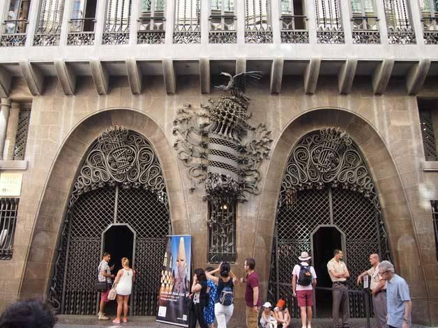 palau guell façade