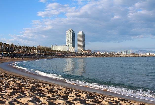 Barceloneta beach free activities