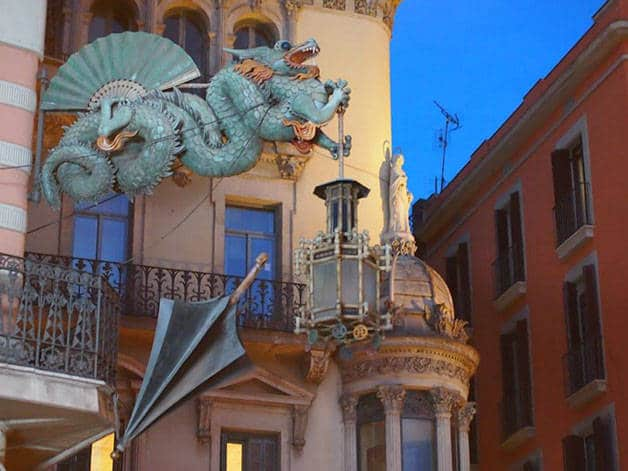 dragon and umbrella on the Ramblas: weird Barcelona