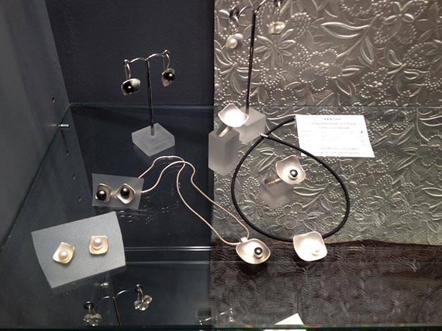 jeweler locura cotidiana designs with pearls