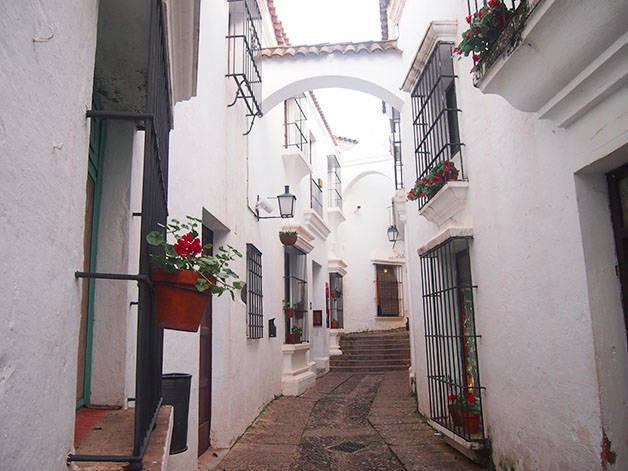 poble espanyol street white facades