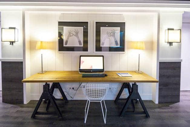 hotel Para·lel desk computer