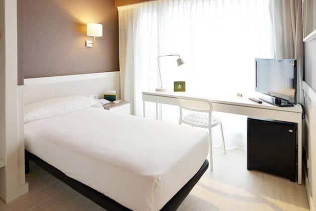hôtel Para·lel room single bed