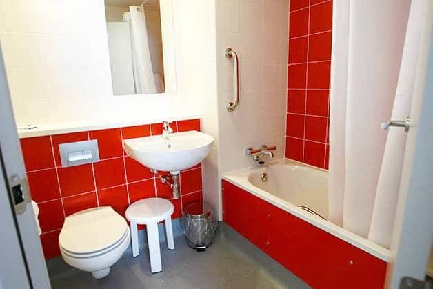 poblenou travelodge bathroom