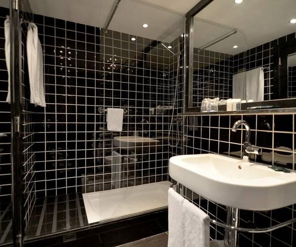hotel Para·lel bathroom