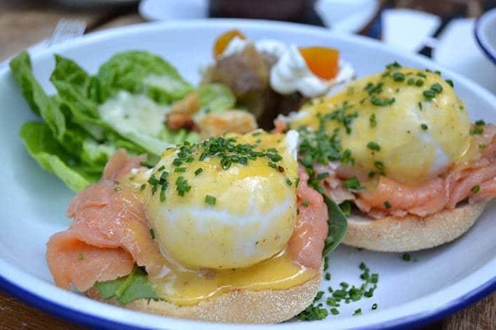 Brunch Picnic eggs Benedict