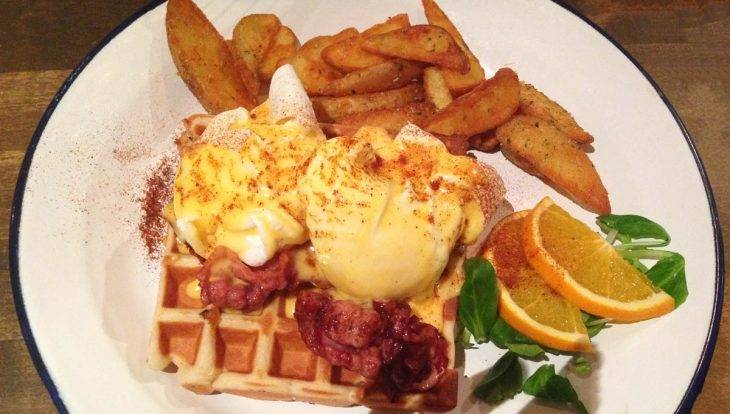 Brunch Avenue, eggs benedict with waffle