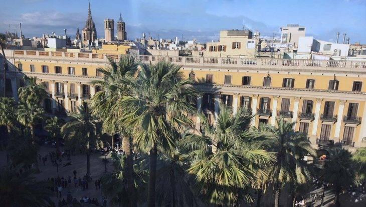 youth hostels in Barcelona, Plaça Reial: view from terrace