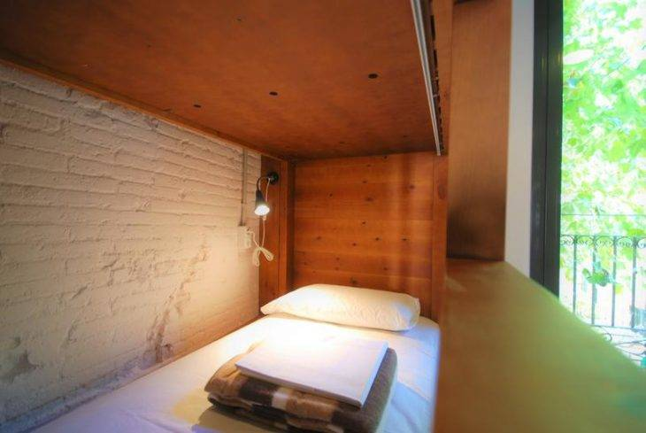 youth hostels in Barcelona, Ten to Go wooden bed